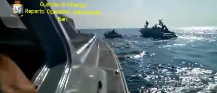 Arrestati due scafisti dopo inseguimento in mare con 550 chili di marijuana