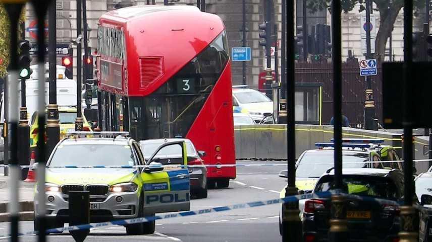 Londra, auto contro il parlamento. Due feriti