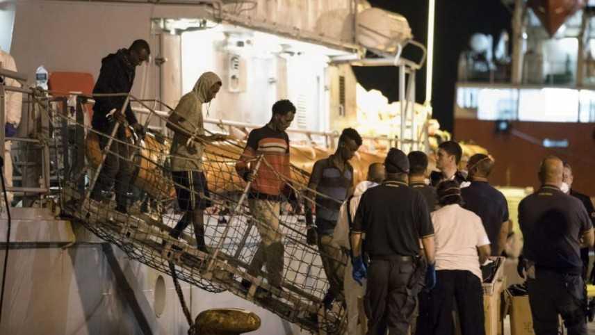 Migranti: completato lo sbarco a Pozzallo delle 450 persone a bordo