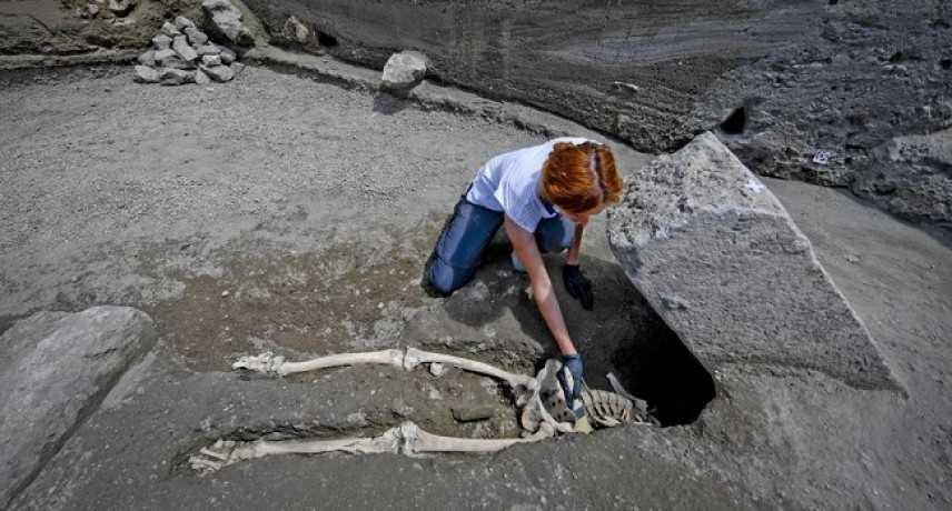 Eccezionale scoperta a Pompei: dagli scavi emergono resti di un uomo in fuga