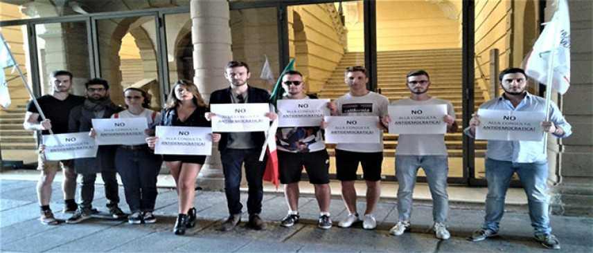 """Forlì, Nucleo Universitario protesta in Piazza Saffi: """"No alla consulta antidemocratica"""""""