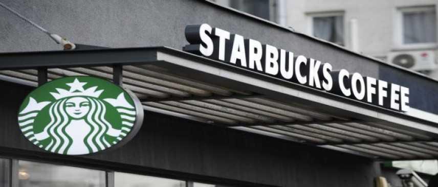 Due neri arrestati da Starbucks, decine di persone in piazza a Philadelphia