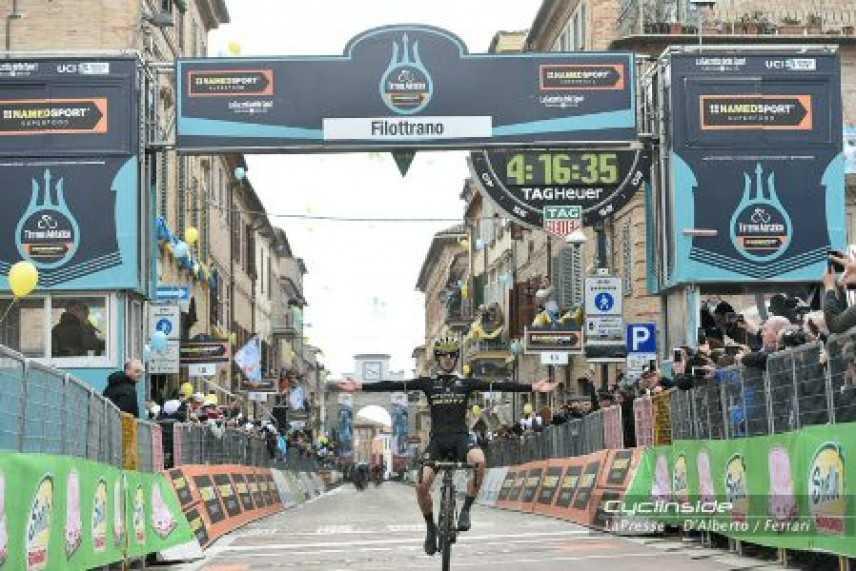 Tirreno-Adriatico 2018, Adam Yates vince a Filottrano, nella tappa dedicata a Michele Scarponi