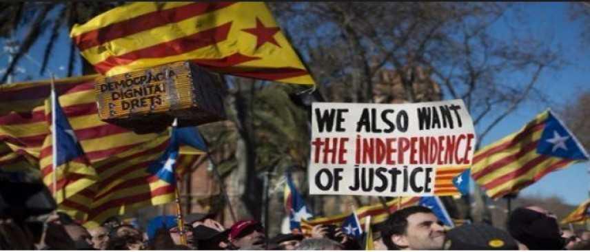 """Barcellona, Rajoy: """"Il voto non si farà"""". 40.000 persone protestano in piazza"""