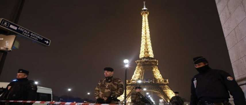 Paura a Parigi: uomo semina il panico sotto la Tour Eiffel. Tensione anche a Gare du Nord