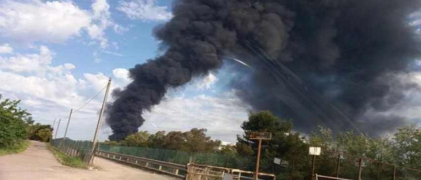 Pomezia, incendio al capannone della Eco X. Evacuati 90 bambini in gita