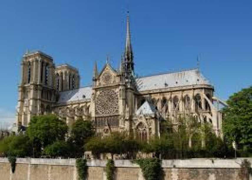 Parigi: ritrovata auto con bombole di gas nei pressi di Notre Dame, in corso le indagini