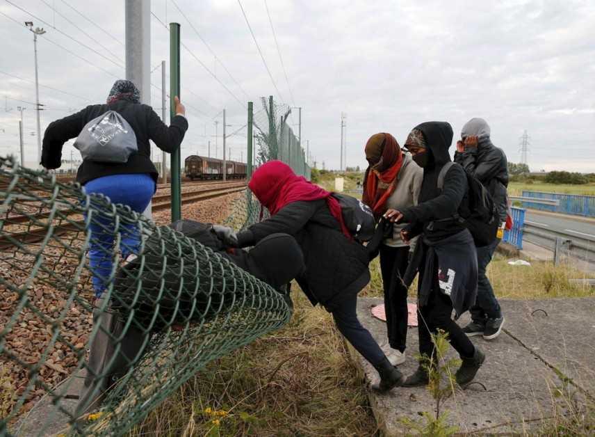 Migrante nascosto in una valigia muore soffocato. Calais sotto assedio, oltre 1700 assalti al tunnel