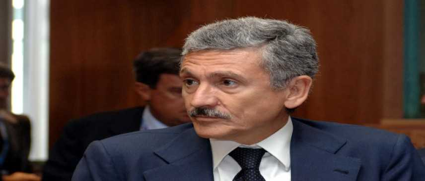 """Massimo D'Alema contestato a Bari: """"Rabbia generale contro la politica"""""""