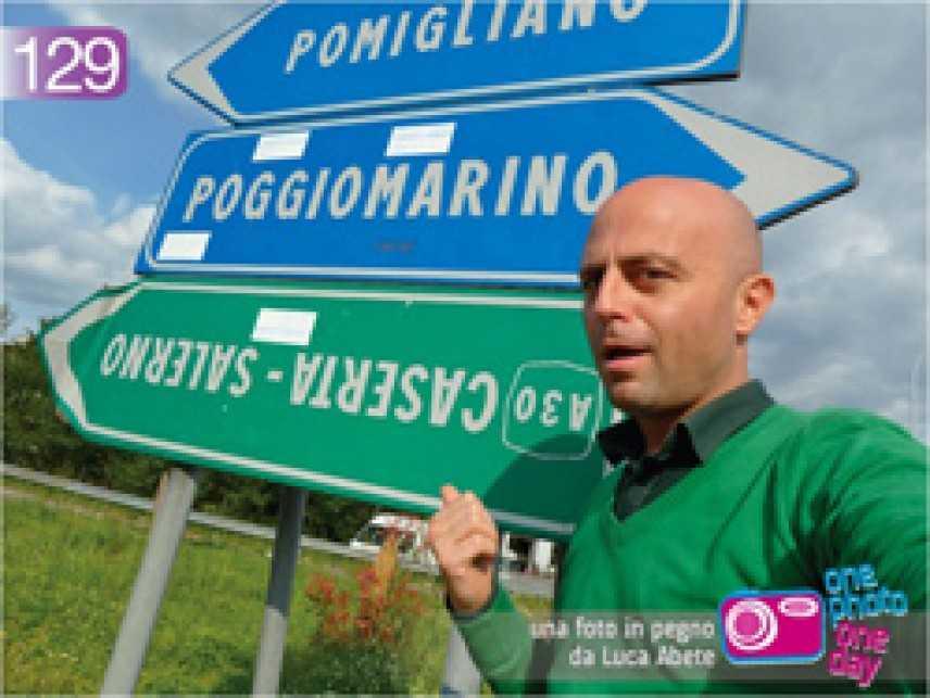 A Napoli Luca Abete e i cartelli stradali alla  rovescia