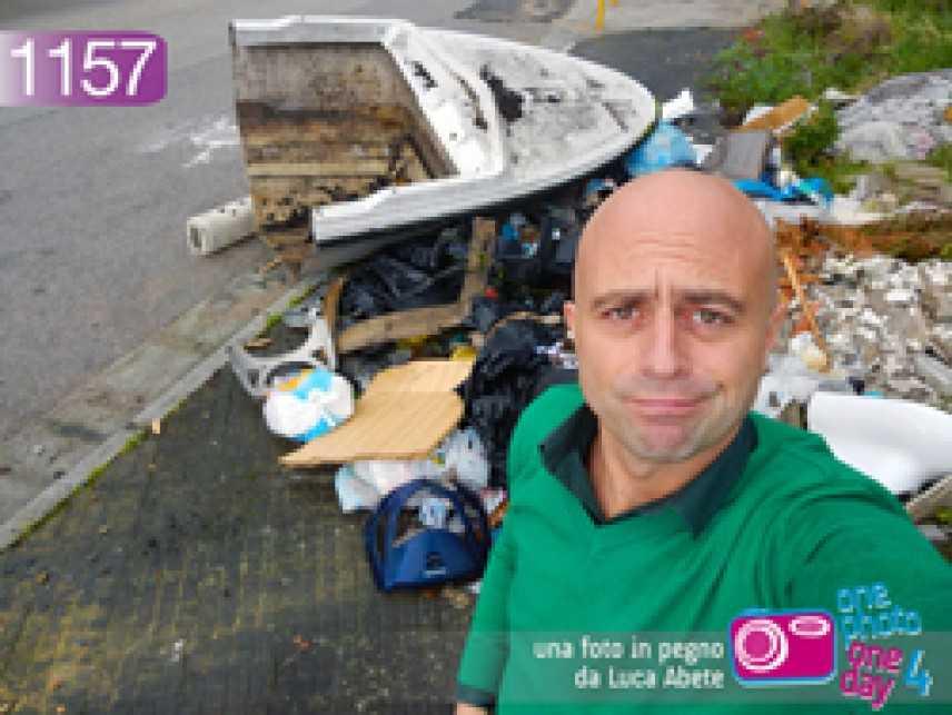 Luca Abete e la barca tra i rifiuti