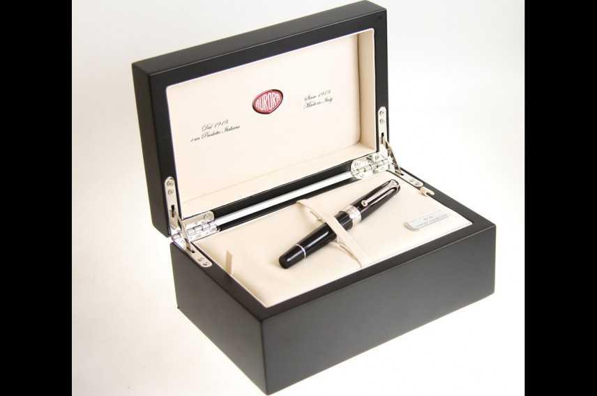 Aurora omaggia a nome del Comitato Leonardo il Presidente Napolitano con una penna  made in Italy