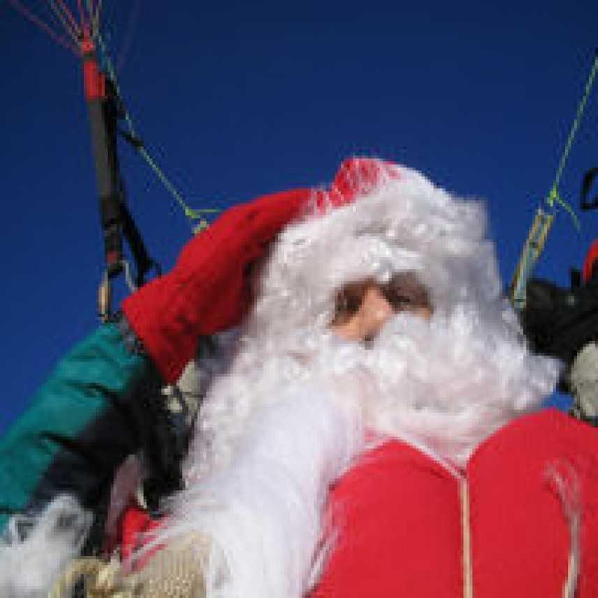 Befana E Babbo Natale.Due Babbo Natale E La Befana Volano In Parapendio A Bergamo