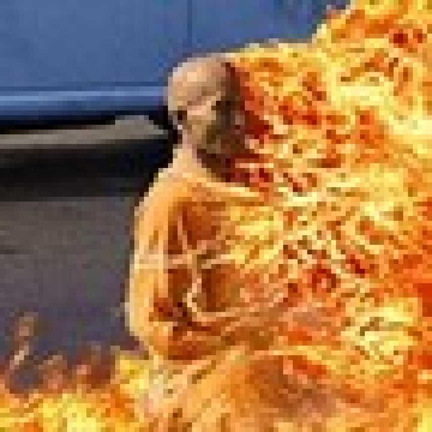 Tibetana si dà fuoco per protestare contro la repressione cinese del Tibet. Il Video