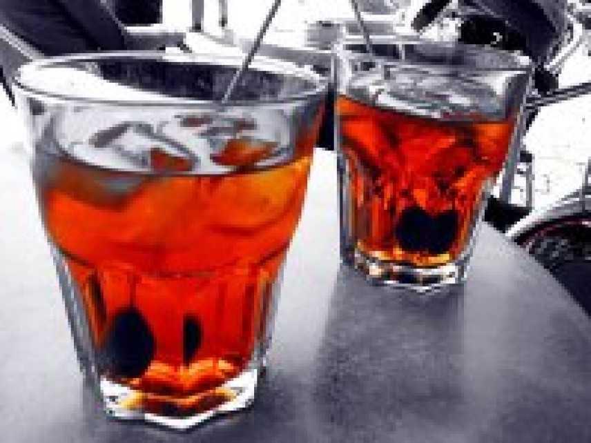 Bere fino a stordirsi o binge drinking favorito dai miscugli con gli energy drink