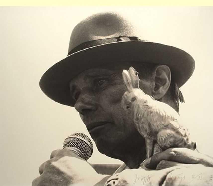 Joseph Beuys, l'uomo che sussurrava alle lepri (ma non le barzellette)