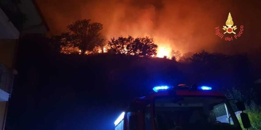 Vigili del Fuoco impegnati da diverse ore per un vasto incendio nel quartiere Cavita di Catanzaro