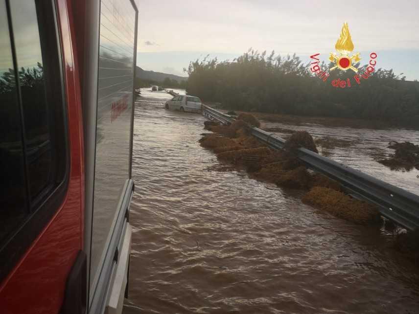 Catanzaro, I VVF impegnatissimi per numerosissimi interventi di soccorso dovuti al maltempo (Video)