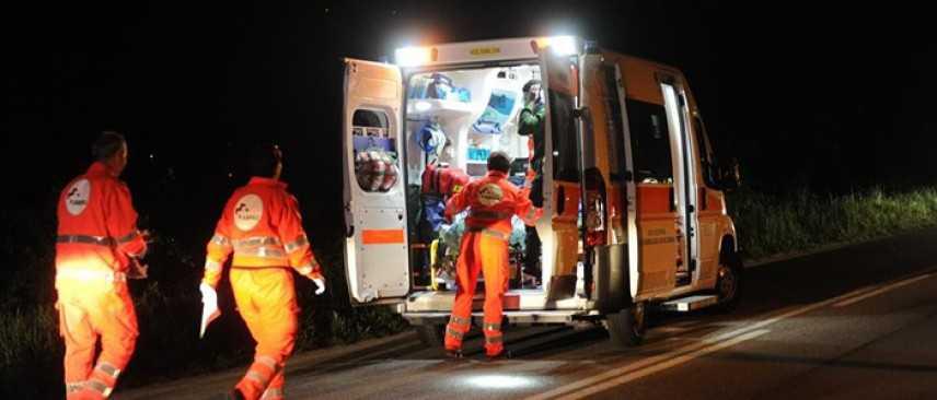 Incidenti stradali: auto contro guardrail su SS 131, un morto