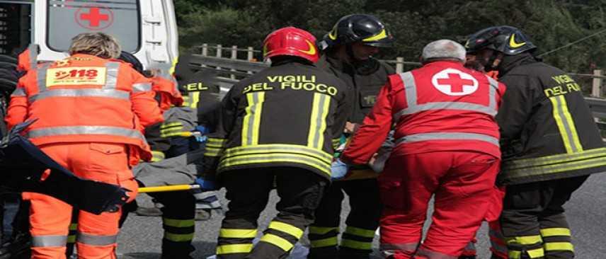 Incidente Stradale: Auto prende fuoco dopo frontale, un morto e un ferito nel Torinese