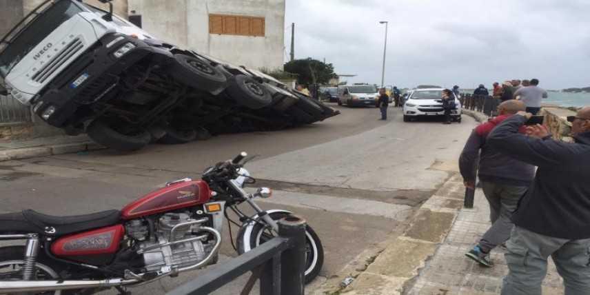 Disagi a circolazione stradale nel Salento, alberi caduti,  pioggia e forte vento