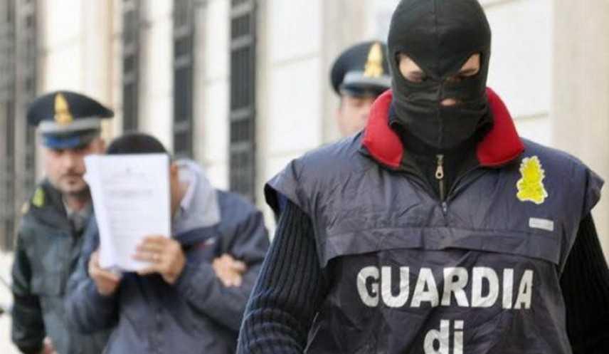 Droga: 3 arresti a Napoli, confetti-pistole per Prima comunione