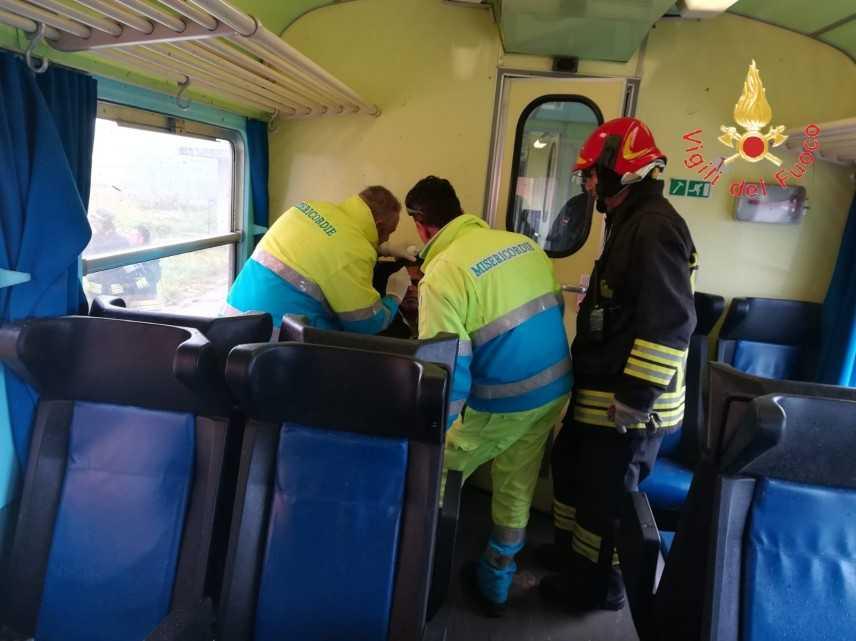 Tromba d'aria investe treno su tratta Catanzaro-Crotone intervento dei VVF (Video)