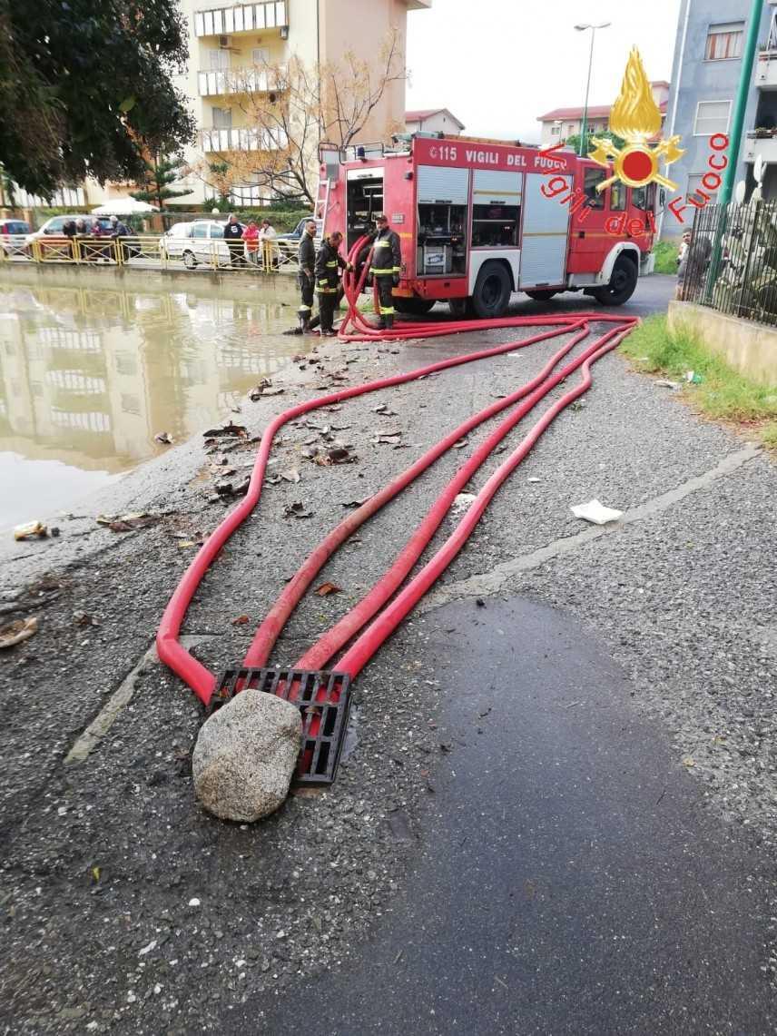 Maltempo, bomba d'acqua su Soverato (Cz) intervento dei VVF