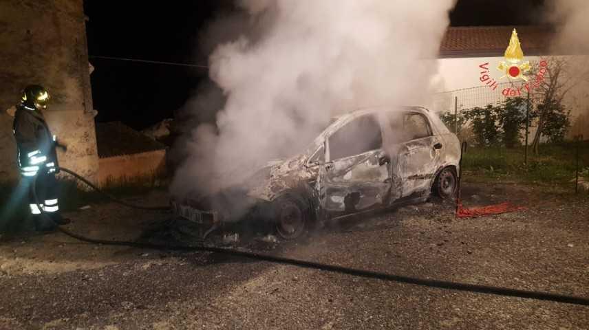 Divampata auto nel catanzarese, i Vigili del fuoco evitano il peggio