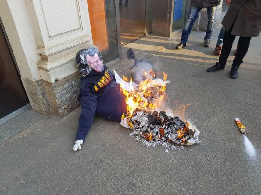 """Corteo studenti a Milano, bruciato fantoccio di Salvini, recava la scritta """"Ladropoli"""""""