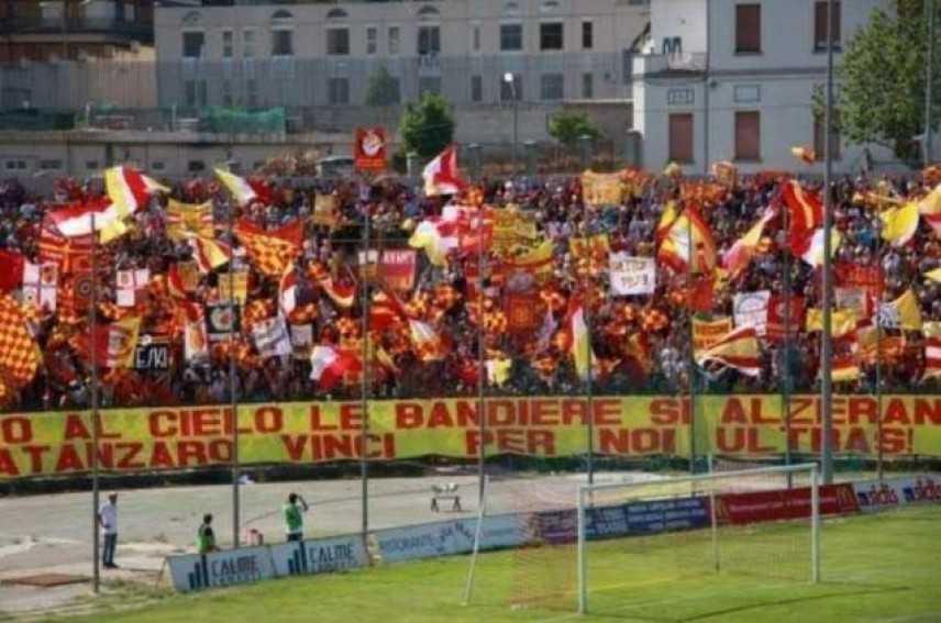 Calcio: 4 Daspo a Catanzaro, tifosi si fingono poliziotti
