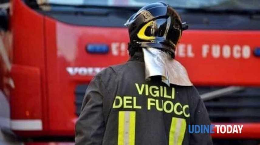 In fiamme tetto edificio nel Vicentino,vigili fuoco al lavoro da ore