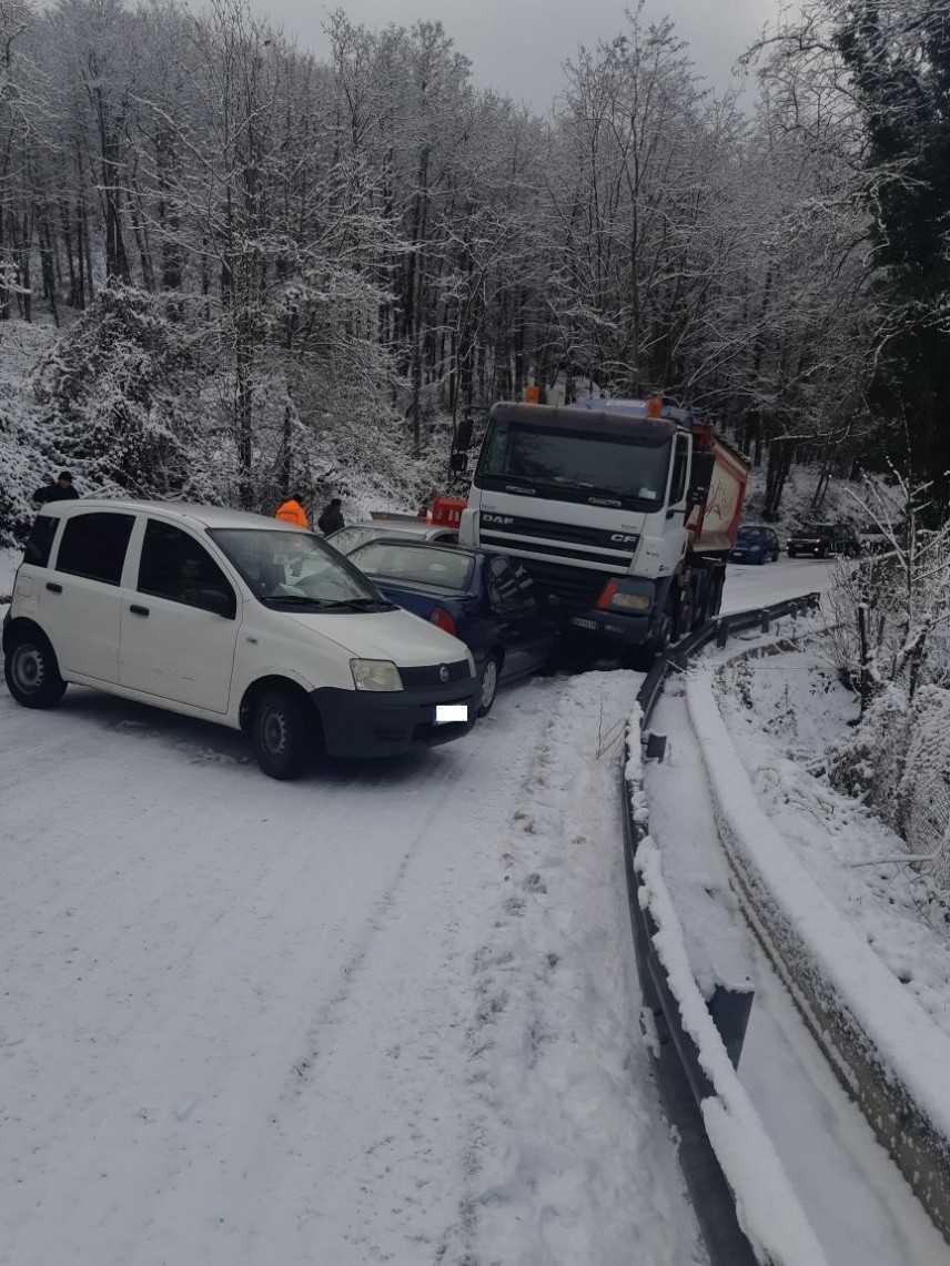 Poca neve e il traffico si blocca ancora sulla ex SS 19