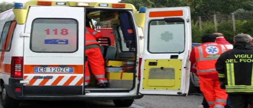 Incidenti stradali: donna investita e uccisa mentre presta soccorso, necessario l'intervento dei VVF
