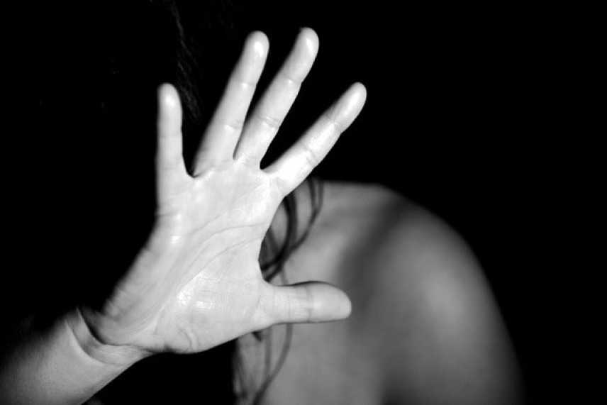 Genova, madre droga figlia di 17 anni e il patrigno la stupra