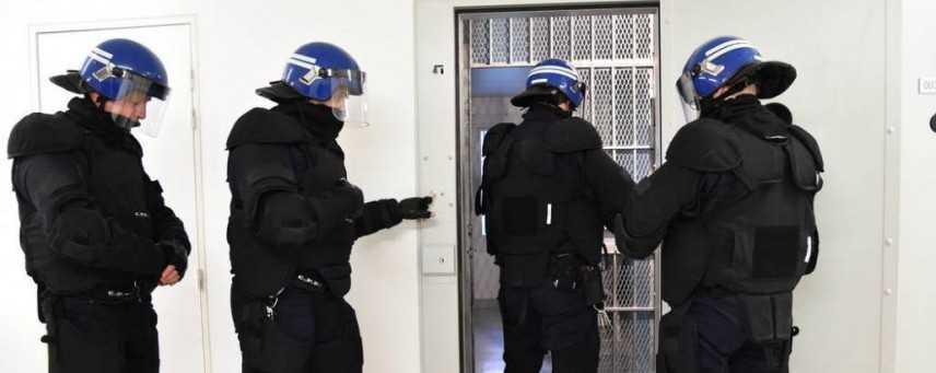 """Francia, detenuto accoltella due guardie al grido di """"Allah Akbar"""""""