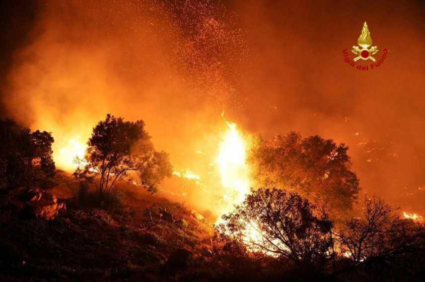 Incendi: fiamme alimentate da forte vento in bosco Fucecchio (Fi) sul posto volontari Cvt e VVF