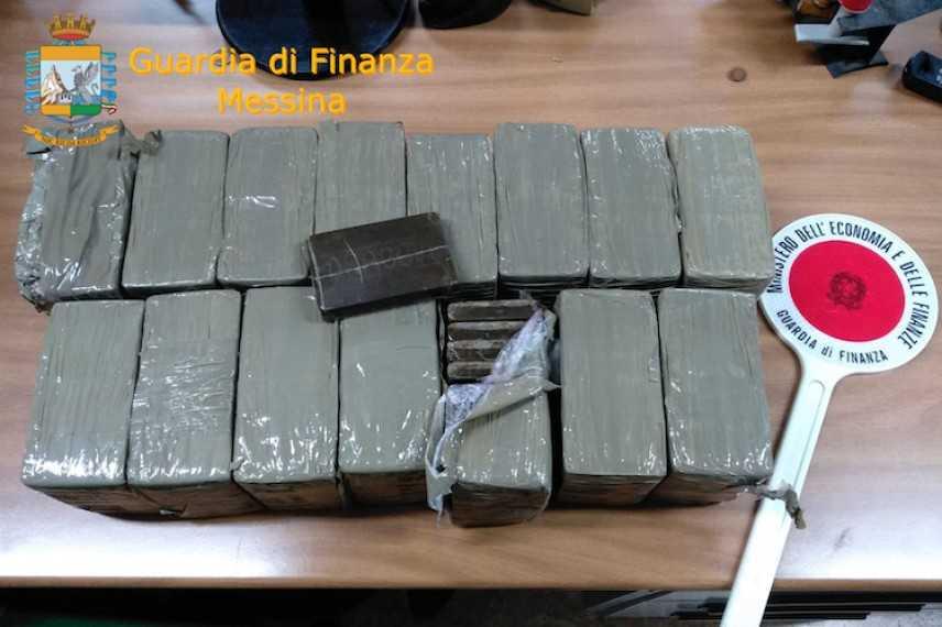 Droga: 15 kg. di hashish nel Tir, un arresto nel porto di Messina