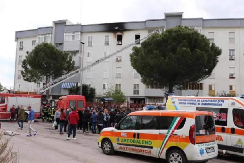 """Tragedia. Incendio in appartamento a Taranto, due morti  sul posto i VVF, 118, e CC """"Video"""""""