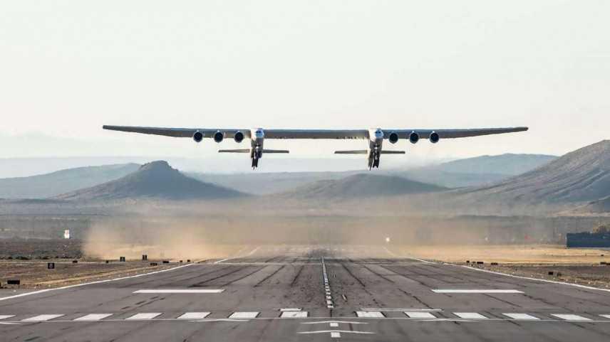 Primo volo per aereo più grande del mondo in California