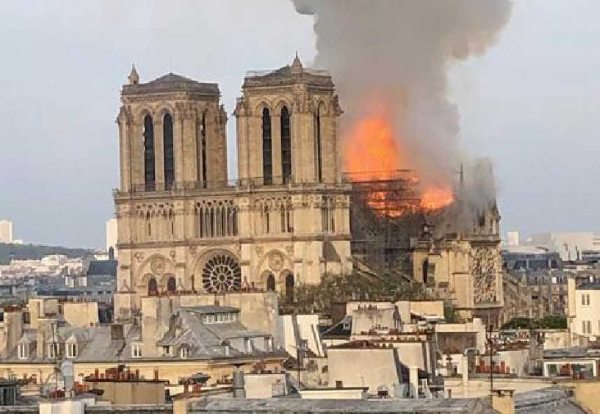 Parigi, imponente rogo in corso a Notre-Dame