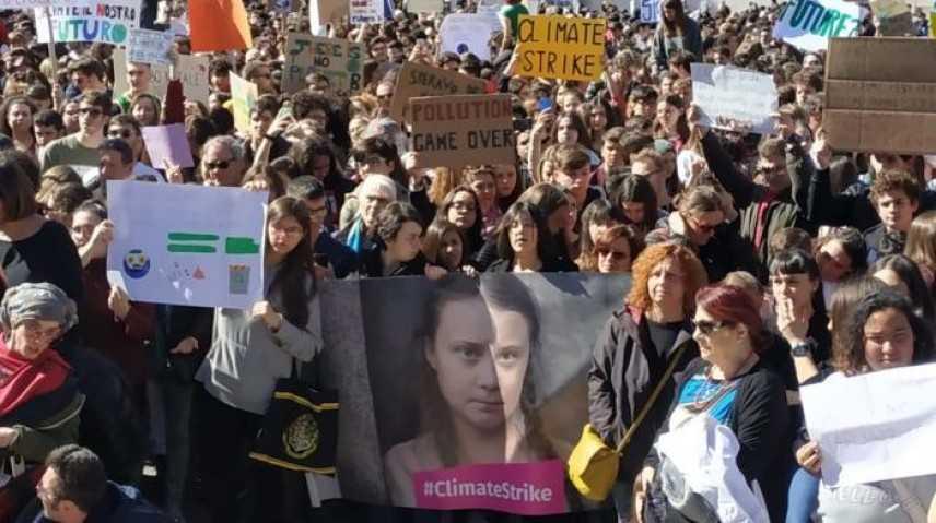 """Greta Thunberg: Migliaia di giovani in piazza a Roma """"Alice, 9 anni, parla sul palco"""""""