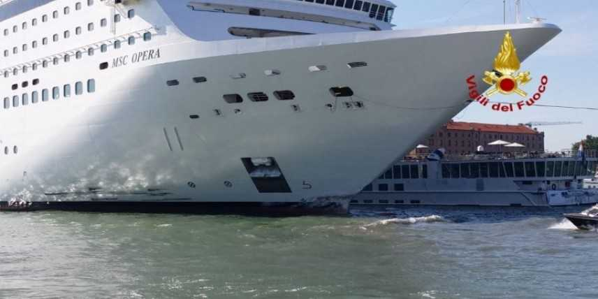 Panico a Venezia: nave da crociera fuori controllo urta battello -Video