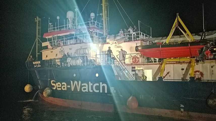 Sea Watch entra in porto, la comandante arrestata. Carola viola alt e rischia scontro con Gdf