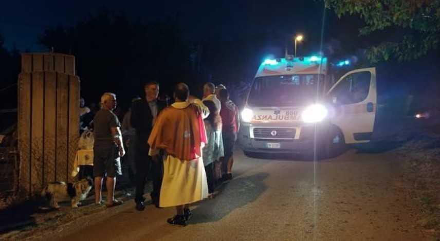 Ubriaco ruba auto e investe processione, tre ferite, paura tra i fedeli