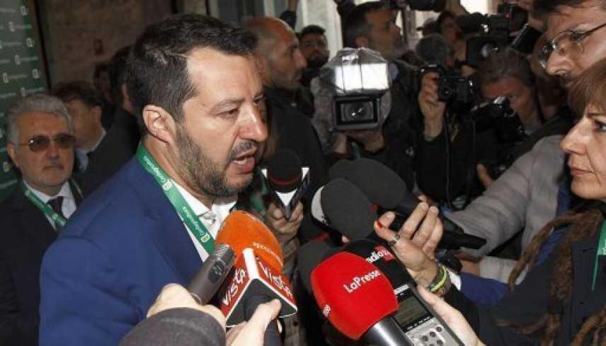 Sea Watch: Salvini, possiamo rispedire la signorina in Germania? O dobbiamo vederla fare shopping