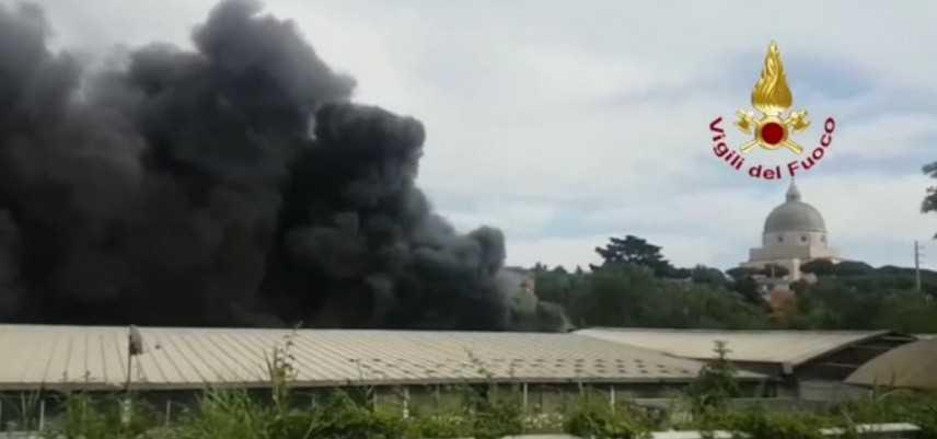Roma, incendio in officina: nube nera sui quartieri Eur e Ostiense