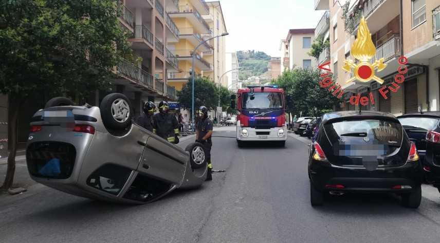 Rocambolesco incidente a Lamezia coinvolte due auto sul posro VVF e Suem118
