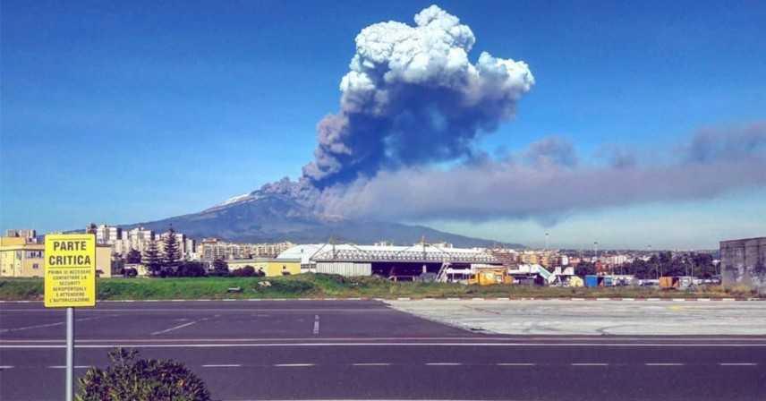 Etna: eruzione con emissione cenere, chiusi spazi aerei. Bloccati decolli e atterraggi
