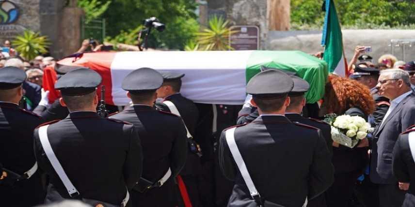Una Grande folla al funerale del carabiniere ucciso